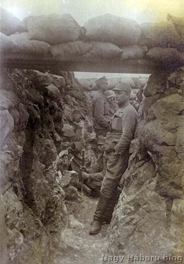 Részlet a 18-as védelmi szakaszból San Martinónál 1916 tavaszán. A képen a futóárokban Ferenc János főhadnagy, Kókay László századának, a 6. századnak a parancsnoka látható