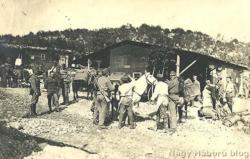 Málhás lovak és vezetőik útnak indítása a Doberdóra a Segeti táborból