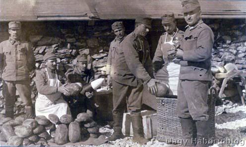 Kenyér rakodás az élelmező táborban 1916 tavaszán