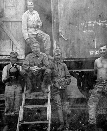 Vagon ajtajában ülő katonák