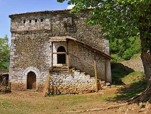Kőből épült albán kula