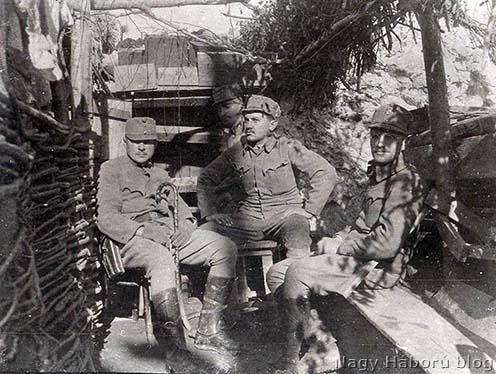 """A fotólap hátoldalán szereplő szöveg szerint a 46. gyalogezred III. zászlóalj 9. századának tisztjei a Mrzlin: """"Thierry, Szűcs, Dr. Szojka Kornél, hátul Kertész"""""""