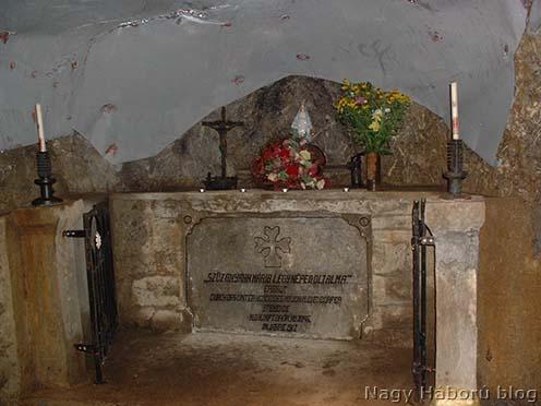 Diendorfer őrnagy, a szegedi 46/III. zászlóalj parancsnoka által 1917-ben Mrzli vrh oldalában épített kaverna kápolna oltára napjainkban