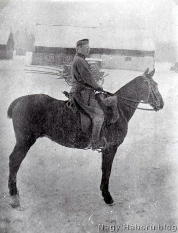 Ekkor már nem jelentett gondot a lovaglás: Vágovits Gyula Pici nevű lován 1917-ben