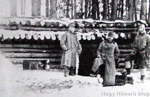Tüzérezredünk II. osztály parancsnokságának fedezéke a karpilowkai erdőben. Középen Táborszky őrnagy osztályparancsnok.