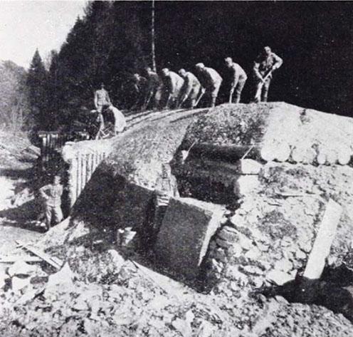 Lövegállás építése a Tölgyesi-szorosban