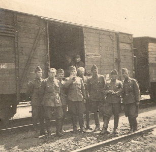 Frontra indulás előtt katonái körében.jpg