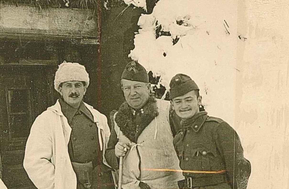 Kicsi - Vadász Ödön - 1942 december - Balra tőle Móré alez és V Szabó János hdgy.jpg