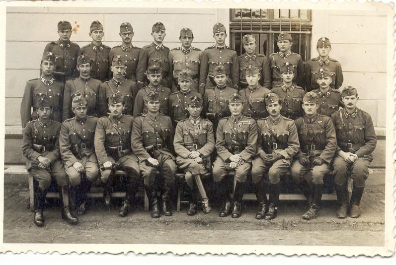 Vadász Ödön - 1940 - Alsó sor jobbról a harmadik - középen Ludányi Antal ezredes - (Major Jenő hagyaték).JPG
