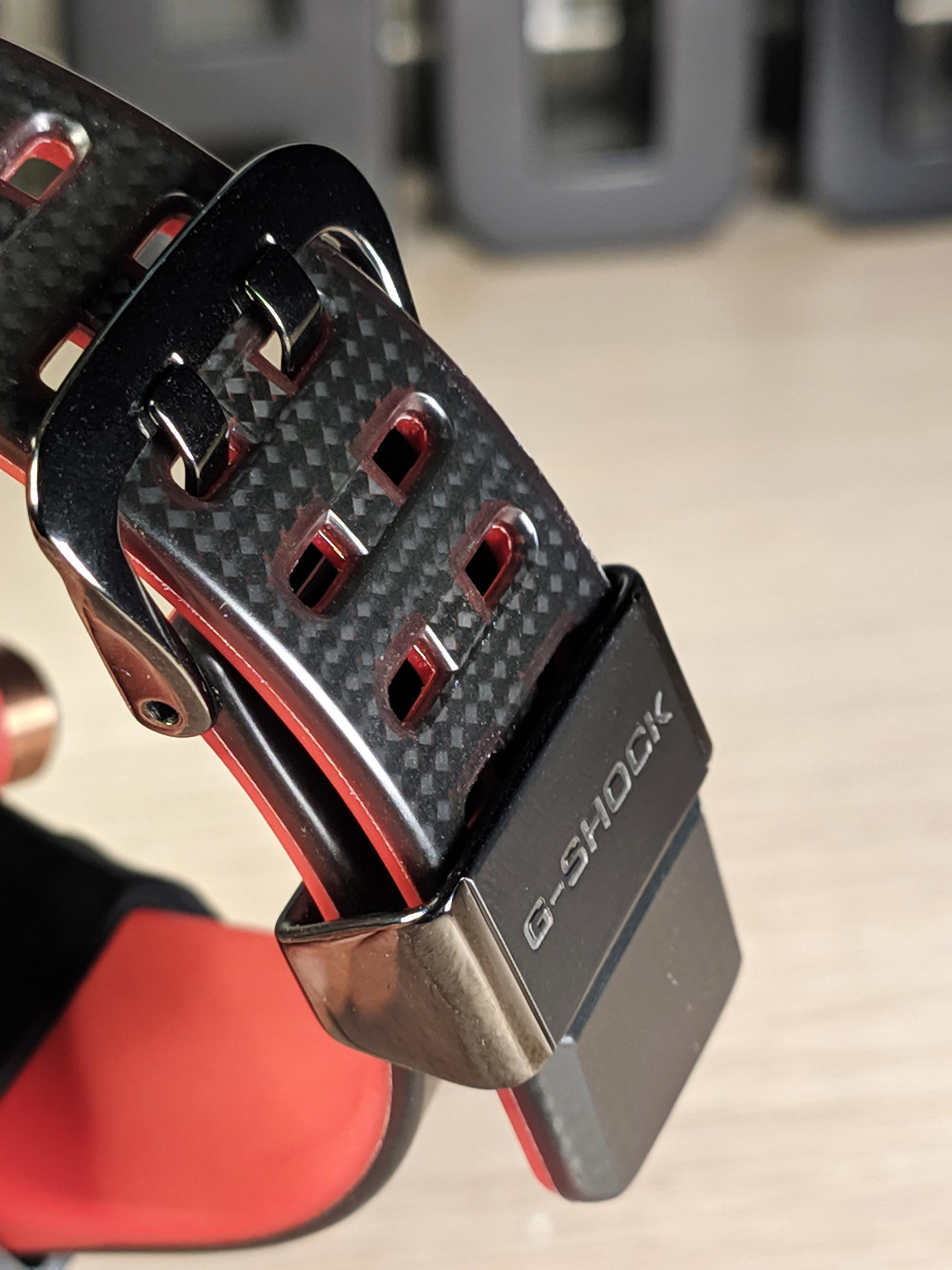 Dual layer carbon fieber szíj, belső oldala vörös, külső oldala szénszálas - dögös.