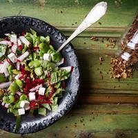Saláta lóbabból fetával, retekkel és céklával