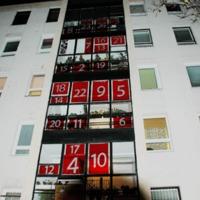 Adventi naptár a Napfény utca 6. szám alatti harmadik lépcsőház ablakán