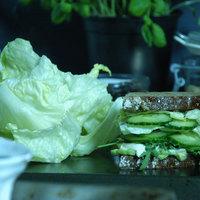 Halkrémes, bazsalikomos szendvics
