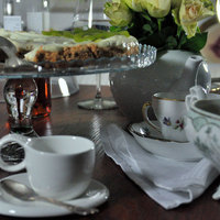 Zöldborsókrémleves, bruschetta, buggyantott tojás, kivis Pavlova
