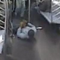 Keresik a tyúkot ölelgető férfit New York-ban