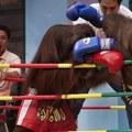 Az orángutánok kick-box mérkőzéssel szórakoztatják a turistákat