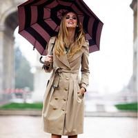 Menő kabátban az eső ellen