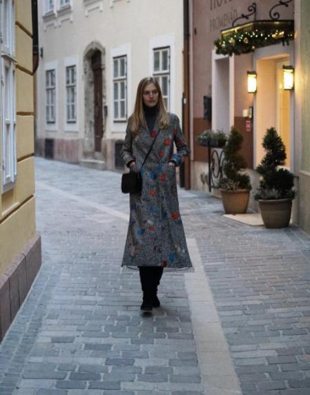 Axente Vanessa Use kabátban