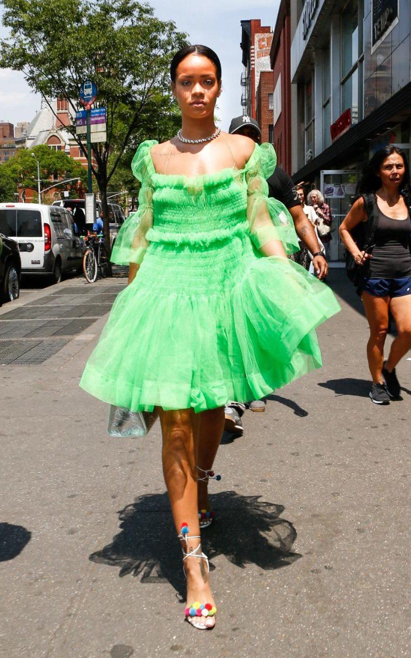 99187850_26may2016-rihanna_green_dress-xlarge_trans_1n-0bbrgahnulljmqze3f4xyxongmlhmiv_nv9kpphk.jpg