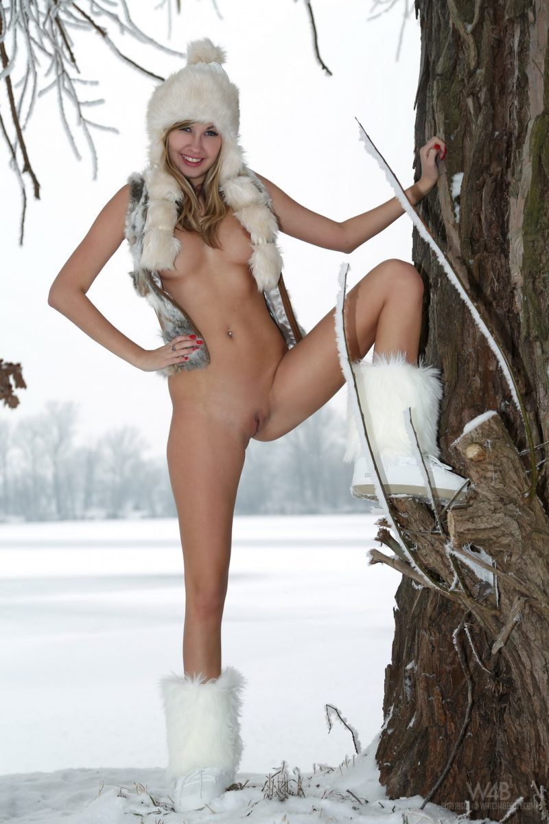 holly-anderson-naked-in-the-snow-11.jpg