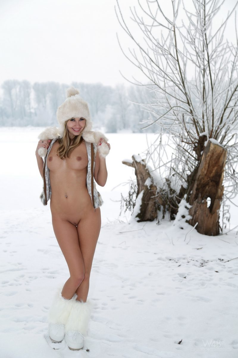 holly-anderson-naked-in-the-snow-12.jpg