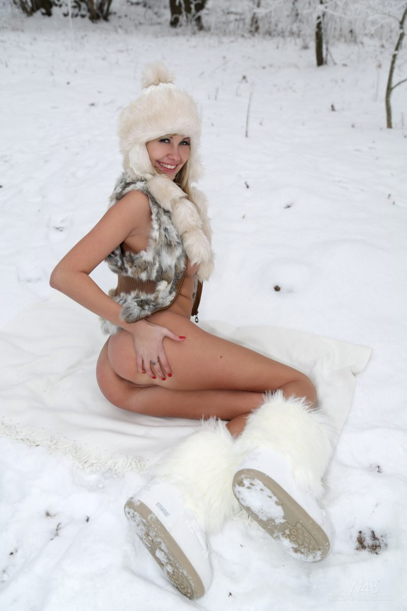 holly-anderson-naked-in-the-snow-17.jpg