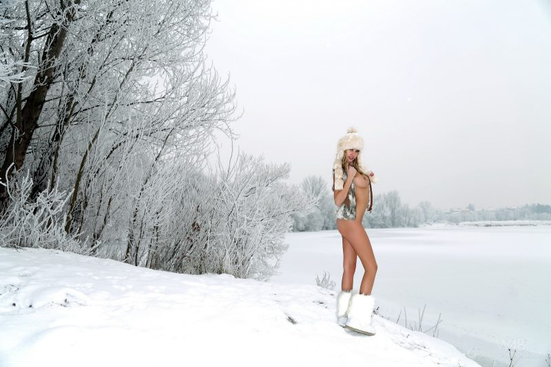 holly-anderson-naked-in-the-snow-31.jpg