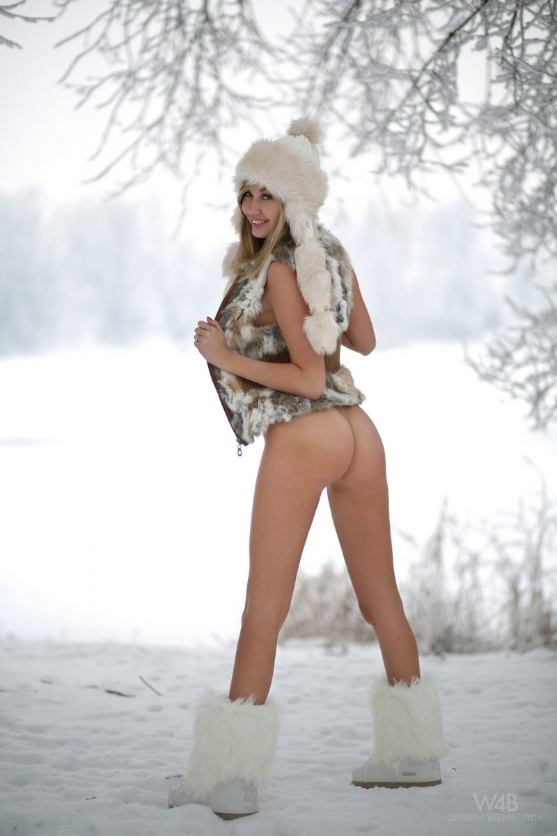 holly-anderson-naked-in-the-snow-5.jpg