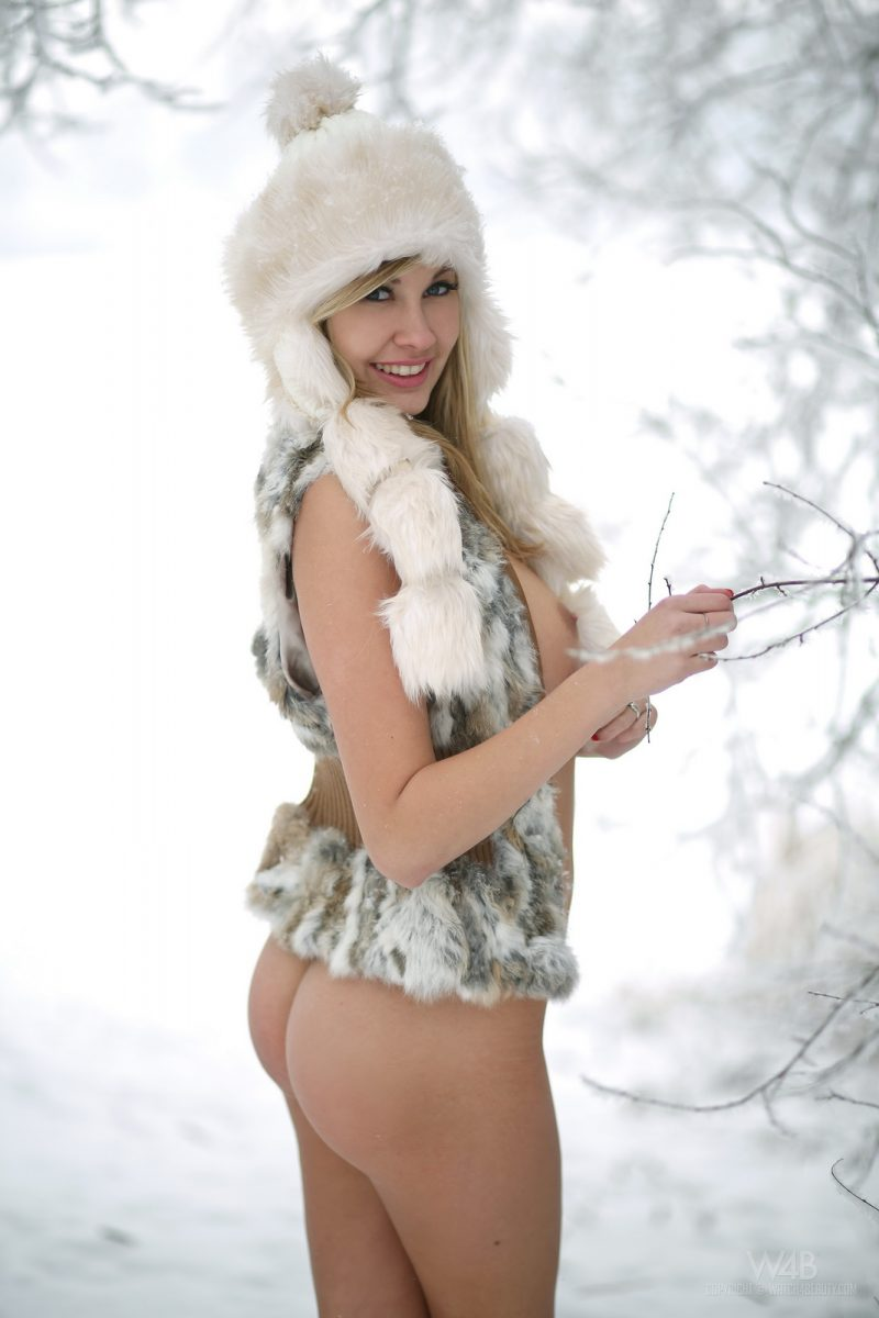 holly-anderson-naked-in-the-snow-9.jpg
