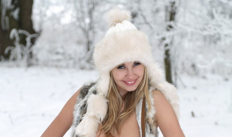 holly-anderson-naked-in-the-snow.jpg