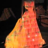 Hölgyeknek: Csavard el kockafej barátod fejét egy LED ruhával!