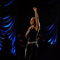 Hanyatt esett a színpadon Alicia Keys  + VIDEÓ