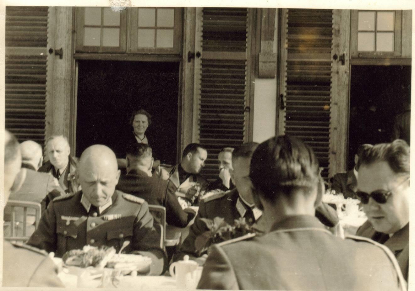Középen Ciano olasz és Csáky magyar külügyminiszter beszélgetnek, Ribbentrop német külügyminiszter tőlük jobbra ül.