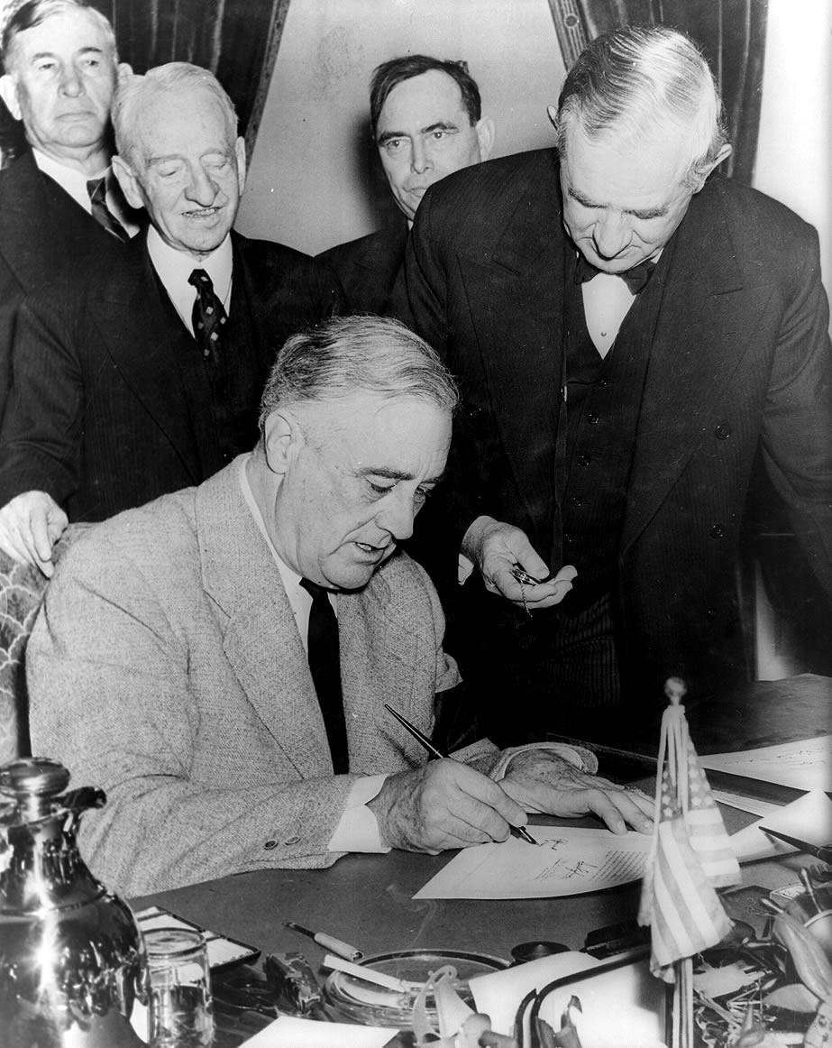 franklin_roosevelt_signing_declaration_of_war_against_germany.jpg