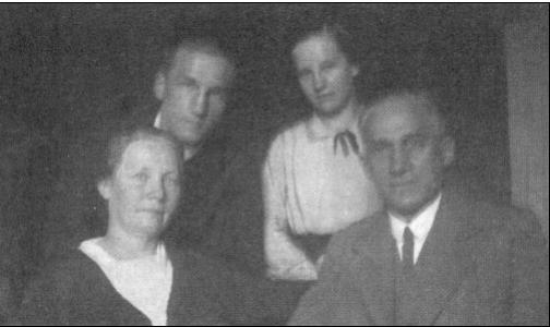 1933csaladdal.png