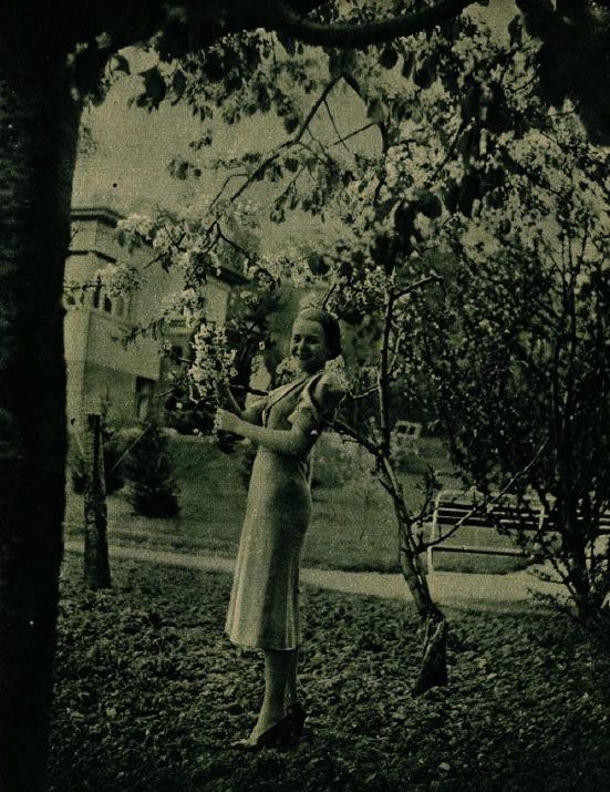 komar_juliska_a_pager-villa_gyumolcsos_kertjeben_1937.jpg