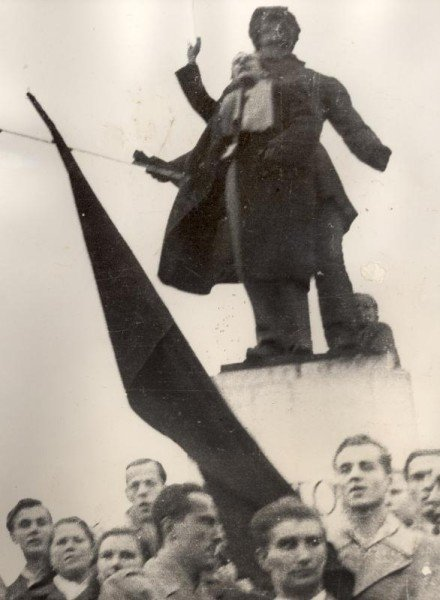 nagy_attila_szinmuvesz_a_miskolci_petofi-szobor_elott_1956_oktober_25-en.jpg