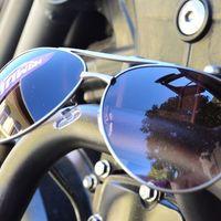 Melltartó, motor, napszemüveg