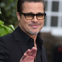 Brad Pitt kedvenc napszemüvegmárkájának véletlenül ugyanaz a monogramja