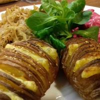Tepsis sültburgonya majonézes céklával és pirított savanyúkáposztával