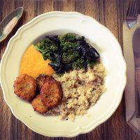 Hajdina-quinoa pelyhes chia magos kölesfasírt rizspehellyel, répaszósszal: