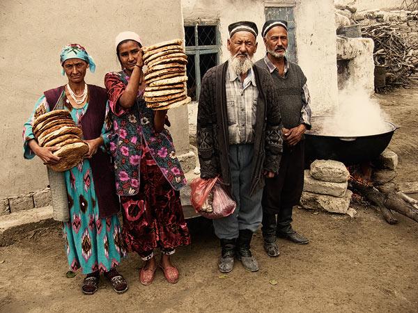 Messzirőljött vendégek © Anzor Buharsky