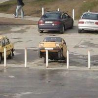 Autók fura helyzetben...