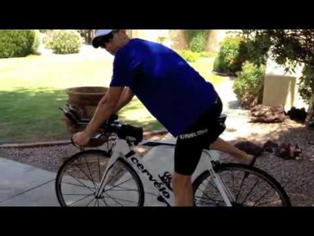 Fel- és leszállás bicikliről triatlonversenyen