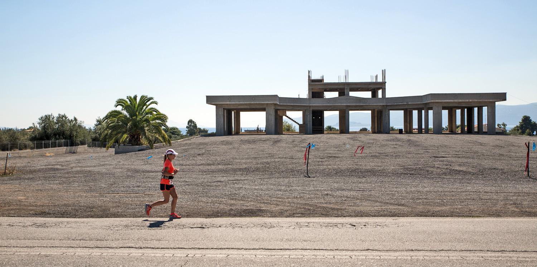 b05c31b26a06 Táj. (A verseny eleje a tengerparttal, az olimpia óta tartó görög válság  miatt félbemaradt építkezések az út szélén, olajfa-ligetek, és persze a  nemeai ...