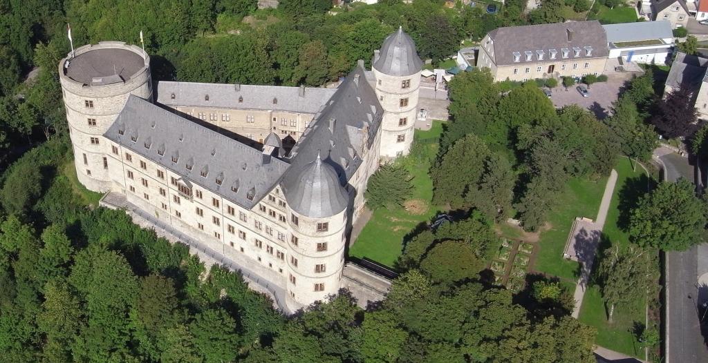 wewelsburg_von_oben_mit_wachgebaeude.jpg