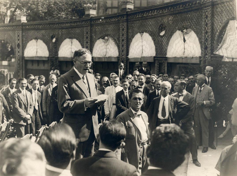 Hevesi Sándor beszédet mond a Nemzeti Színház megnyitásának 90. évfordulója alkalmából. Gárdonyi Testvérek felvétele. Budapest, 1927 – Színháztörténeti Tár, NSZ KB III 140