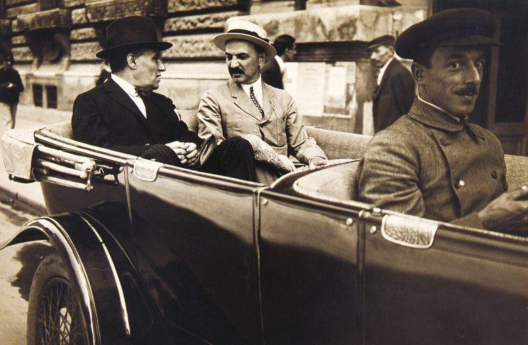 Hevesi Sándor, a Nemzeti Színház igazgatója és Csathó Kálmán főrendező autóban, 1930 körül. Fénykép – Színháztörténeti Tár, NSZ KB H 186