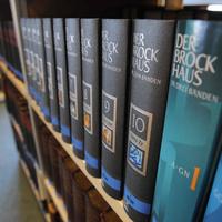 Közel százezer kötet az olvasótermi polcokon