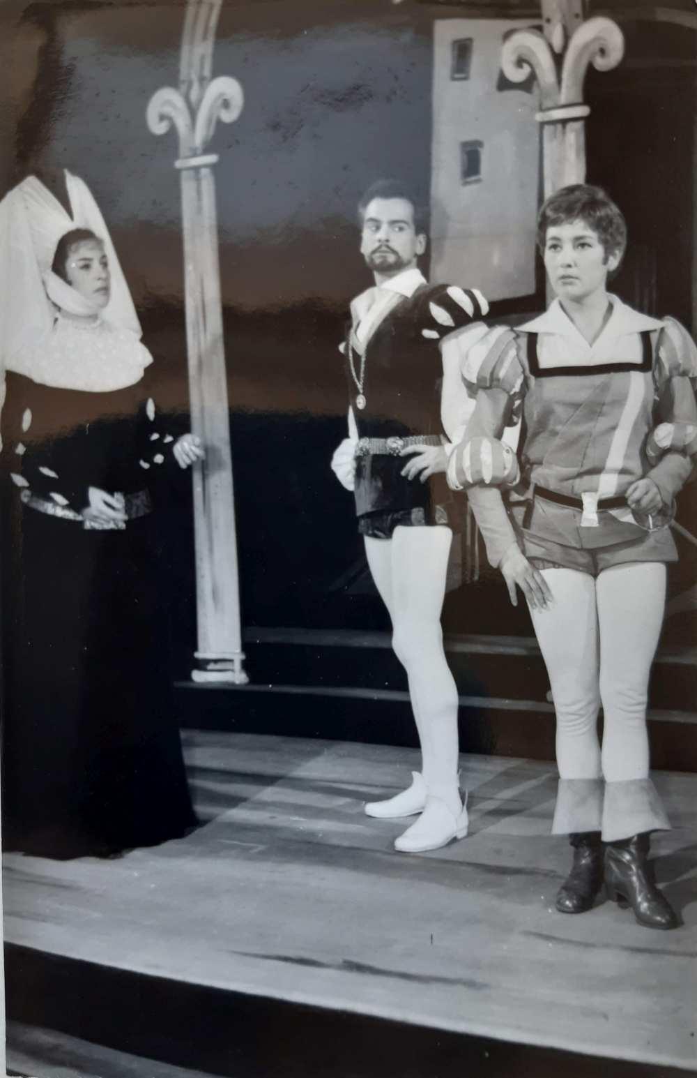 Tímár Éva mint Olívia, Latinovits Zoltán mint Orsino és Szabó Ildikó mint Viola Shakespeare Vízkereszt című vígjátékának 1961-es debreceni előadásában – Színháztörténeti és Zeneműtár